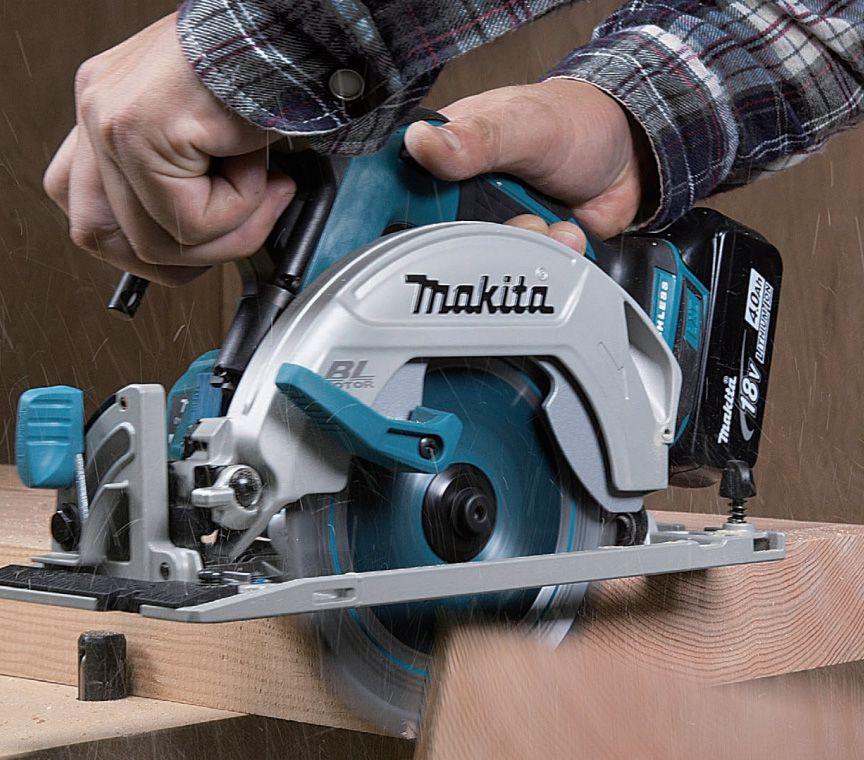 Máy cưa gỗ chạy pin Makita DHS680RMJ